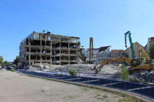 Jak wygląda proces wyburzania budynków krok po kroku?